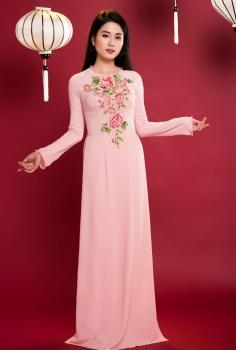 Áo dài dự tiệc màu hồng phấn cổ tròn kết ngọc trai pha lê