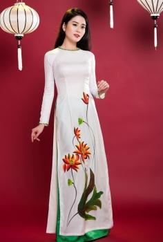 Áo dài truyền thống màu trắng vẽ sen cách điệu quần xanh lá