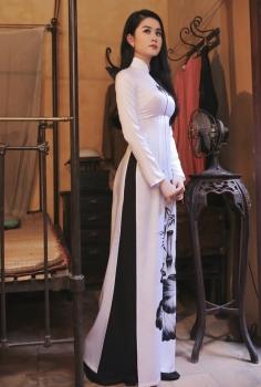 Áo dài truyền thống màu trắng vẽ sen đen hoài cổ