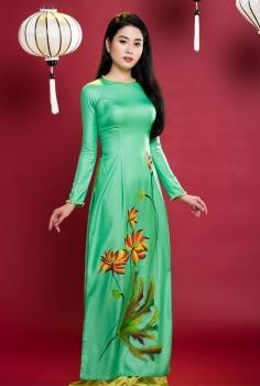 Áo dài truyền thống xanh lá vẽ sen cách điệu