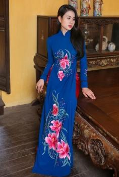 Áo dài màu xanh đậm thêu hoa hồng