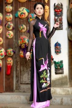 Áo dài truyền thống màu đen cách điệu thêu chim Hạc