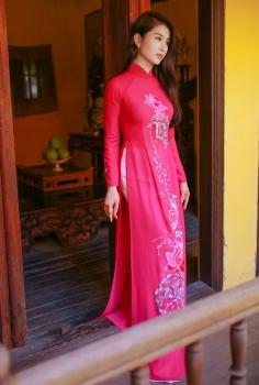 Áo dài truyền thống màu hồng hoa sen trắng cách điệu