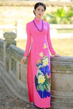 Áo dài truyền thống màu hồng vẽ Sen quần xanh lam
