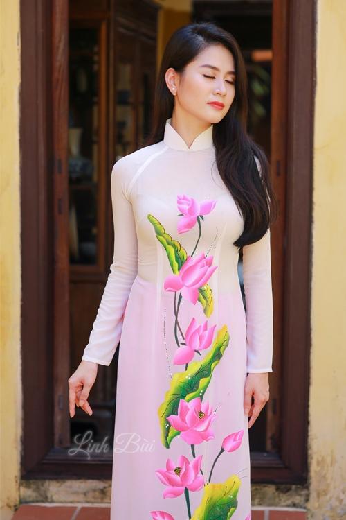 Áo dài trắng với vải lụa mềm mại giúp người mặc luôn tự tin