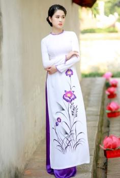 Áo dài truyền thống màu trắng vẽ hoa tím