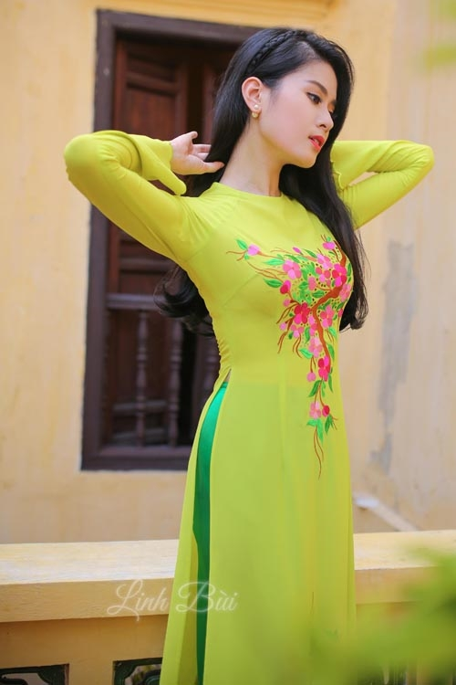 Áo dài màu vàng chanh tôn da nhẹ nhàng nhưng không kém phần nổi bật