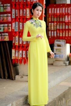 Áo dài truyền thống màu vàng thêu hoa trên cổ