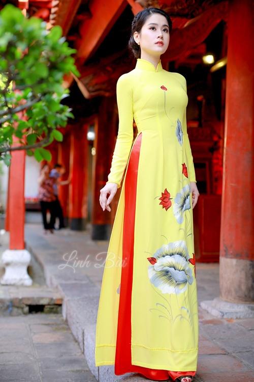 Áo dài gam màu vàng tôn lên làn da trắng của quý cô