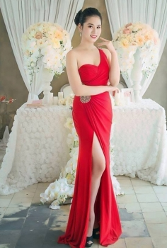 Đầm dạ hội đỏ xẻ chân đính đá eo và vai