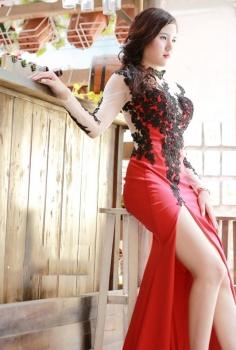 Đầm dạ hội đỏ xẻ chân kết ren hoa đen