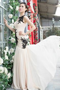 Đầm dạ hội màu nude kết ren đen và pha lê dáng suông