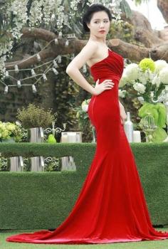 Đầm dạ hội nhung cúp ngực hở vai