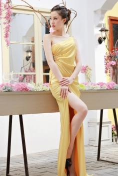 Đầm dạ hội vàng lệch vai đính pha lê tạo eo quyến rũ