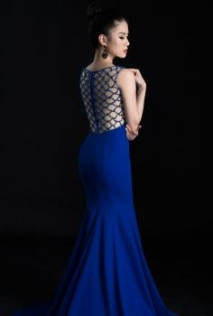 Đầm dạ hội xanh Coban cổ V lưng lưới quyến rũ