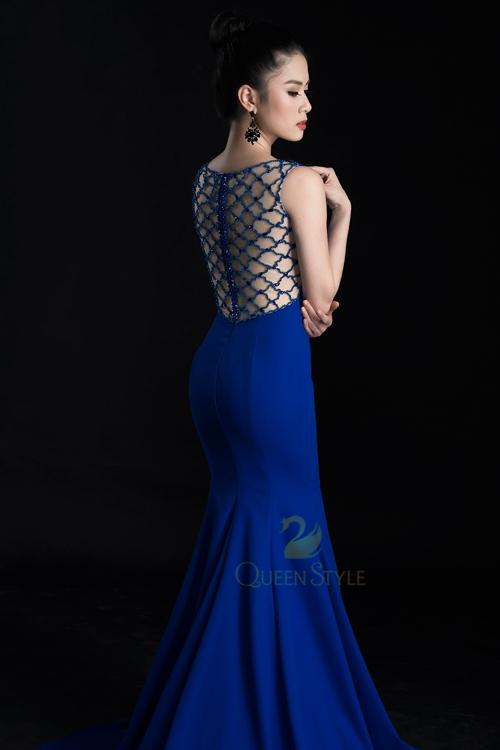"""Tấm lưng """"lưới"""" pha lê sáng lấp lánh cho người mặc nổi bật trong mọi góc nhìn"""
