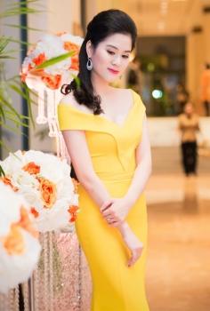 Đầm vàng đơn giản trễ vai xinh xắn