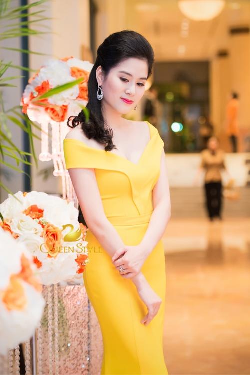 Đầm vàng đơn sắc đơn giản và thuần khiết