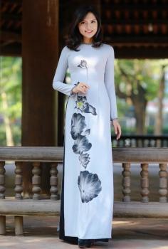 Áo dài màu ghi vẽ hoa sen cách điệu