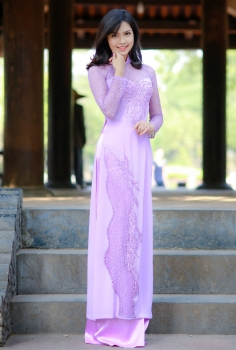 Áo dài màu tím kết ren họa tiết sang trọng