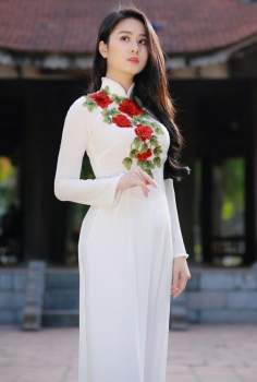 Áo dài màu trắng thêu hoa hồng đỏ đính pha lê