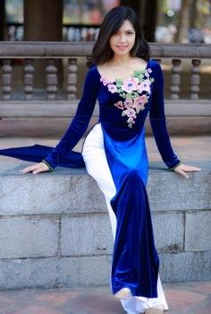 Áo dài thêu hoa đính pha lê vải nhung sang trọng