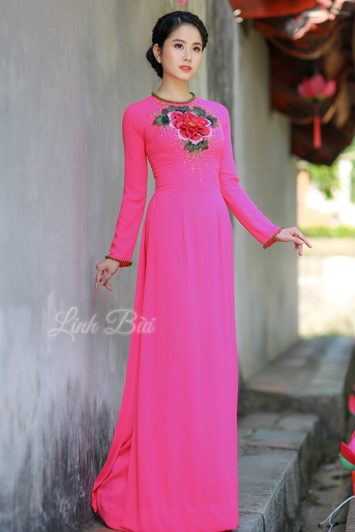 Áo dài màu hồng vải lụa mềm mại thông thoáng thấm hút mồ hôi tuyệt đối