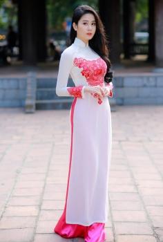 Áo dài truyền thống màu trắng thêu hoa văn đỏ trước ngực