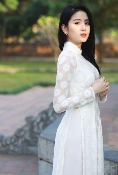 Áo dài truyền thống ren hoa màu trắng