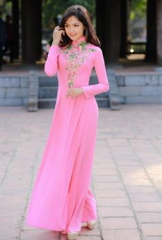 Áo dài truyền thống thêu hoa hồng điểm pha lê nhẹ nhàng