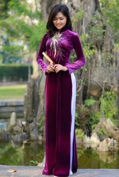 Áo dài vải nhung màu tím kết pha lê và kim tuyến