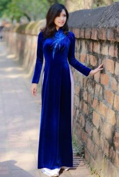 Áo dài vải nhung sang trọng đính pha lê và kim tuyến xanh biển