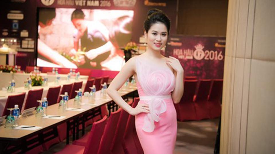 Nhà thiết kế Linh Bùi xuất hiện rạng rỡ tại họp báo HHVN 2016