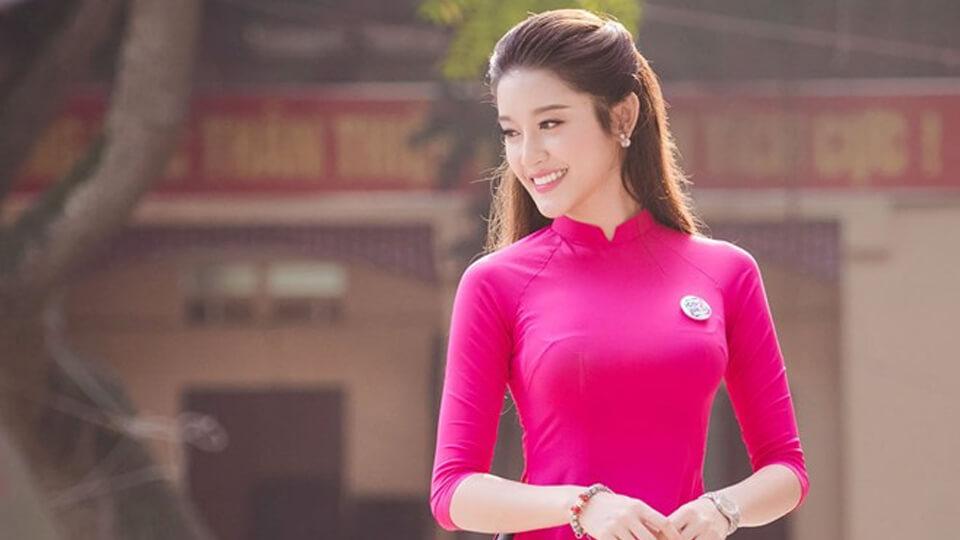 Mặc áo dài truyền thống màu hồng đẹp xinh như sao Việt