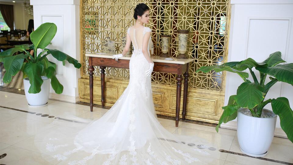 Mẫu váy cưới đuôi cá và những điều cô dâu nên biết khi chọn lựa