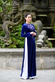 Áo dài trung niên màu xanh lam họa tiết hoa đào sang trọng
