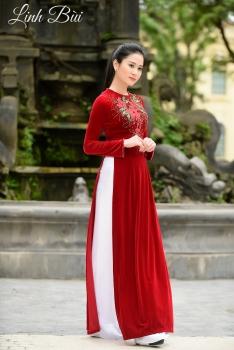Áo dài trung niên màu đỏ thêu hoa lá xanh tinh tế