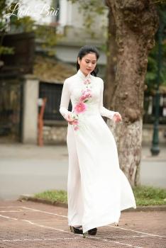 Áo dài màu trắng kết hoa hồng thanh lịch