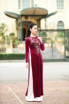 Áo dài trung niên màu hồng đậm thêu hoa đặc sắc