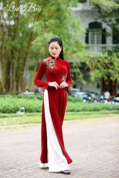 Áo dài trung niên màu đỏ thêu hoa duyên dáng
