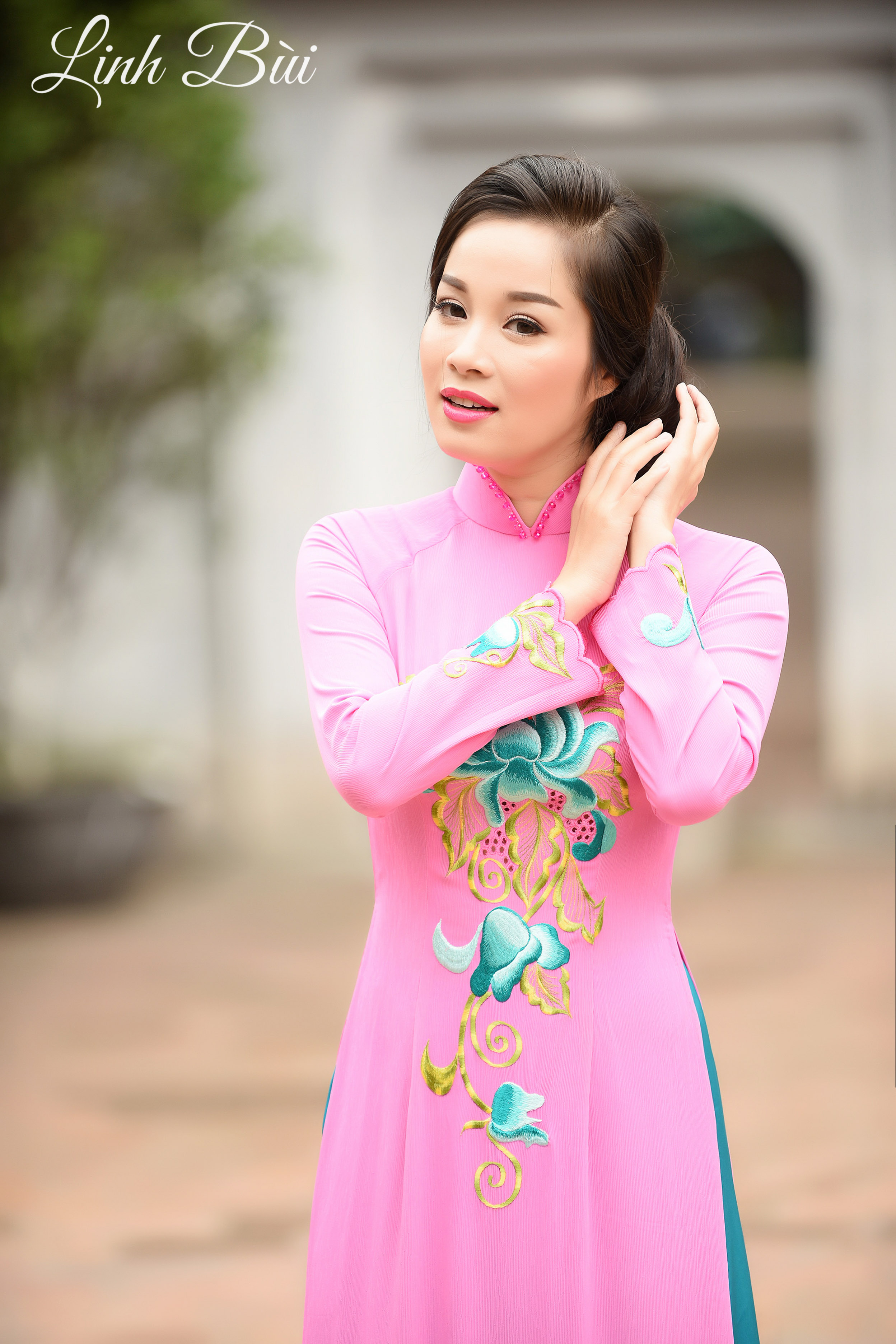 Diễn viên Minh Hương quyến rũ trong tà áo dài dạo phố