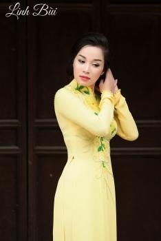 Áo dài dạo phố màu vàng kết hoa lá xanh rực rỡ