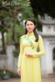 Áo dài dạo phố màu vàng bắt mắt điểm lá xanh nhẹ nhàng