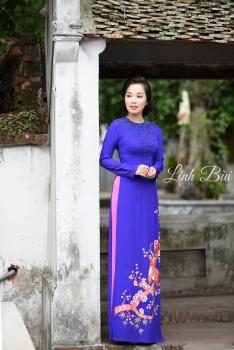 Áo dài dạo phố màu xanh cuốn hút với họa tiết chim hạc hoa đào
