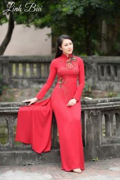 Áo dài dạo phố màu đỏ đính hoa ở cổ và eo nổi bật