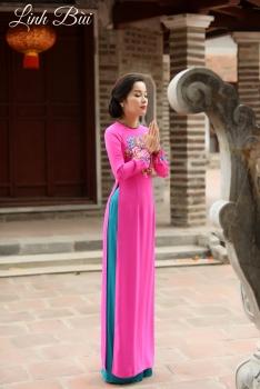 Áo dài dạo phố màu hồng thanh lịch với họa tiết thêu tay ấn tượng