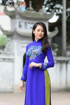Áo dài dạo phố màu xanh coban thêu hoa sen cách điệu tinh tế