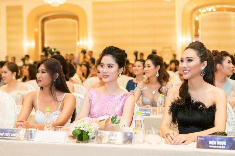 """Lý giải về việc tài trợ cho các cuộc thi nhan sắc lớn trong thời gian vừa qua, NTK Linh Bùi cho biết: """"Từng tham gia các cuộc thi nhan sắc, tôi hiểu được tầm quan trọng của một bộ váy dạ hội, có thể khiến cho các thí sinh tóa sáng và ghi điểm trên sân khấu. Chính vì thế, tôi mong muốn các thí sinh ai cũng sẽ xuất hiện với vẻ ngoài hoàn hảo nhất trong khoảnh khắc quan trọng đó. Ngắm nhìn các cô gái trong những bộ váy dạ hội luôn mang lại cho tôi những cảm hứng sáng tạo bất tận""""."""