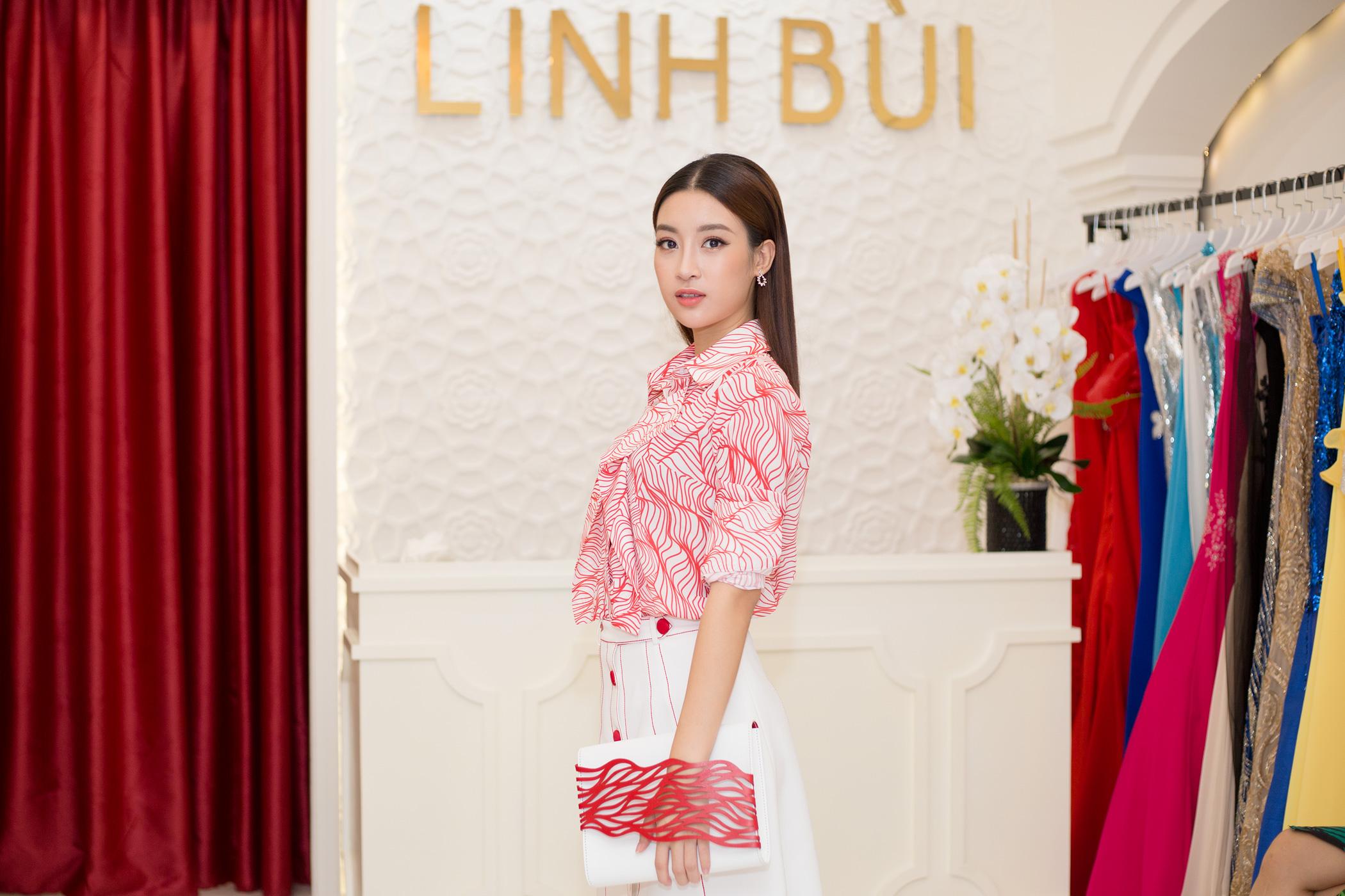 Hoa hậu Đỗ Mỹ Linh ăn mặc kín đáo, giản dị vẫn đẹp rạng rỡ