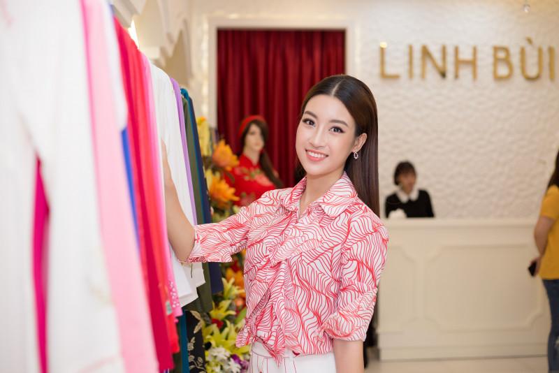 Hoa hậu Đỗ Mỹ Linh sinh năm 1996, là sinh viên Đại học Ngoại thương Hà Nội. Hiện cô đang rất bận rộn chuẩn bị cho cuộc thi Hoa hậu Thế giới 2017.